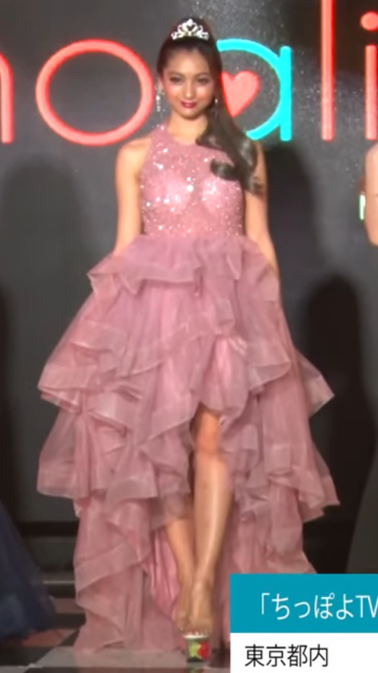 可愛いだけじゃない!美脚で女らしさをアピール!ピンクのフリフリドレス