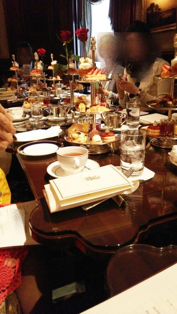 テーブルマナーレッスンは、レストランやホテルラウンジで行われました。