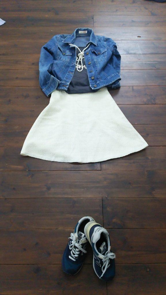 パンプスとしか合わせていなかったスカートにスニーカーを合わせたカジュアルなコーディネート