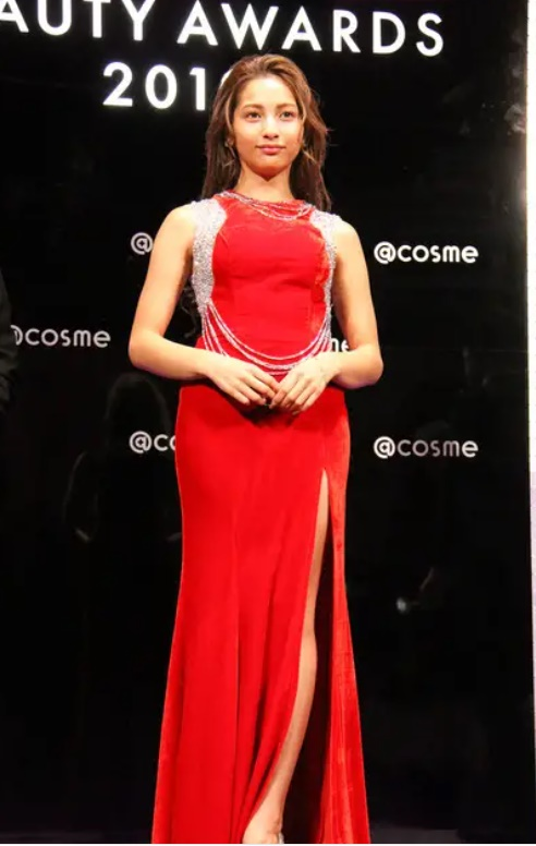 「ギリギリ」の深いスリット!ゆきぽよプロデュースの赤ドレス
