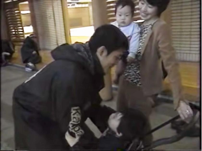 試合後に子供たちと一緒に古賀さんを迎える早苗さん